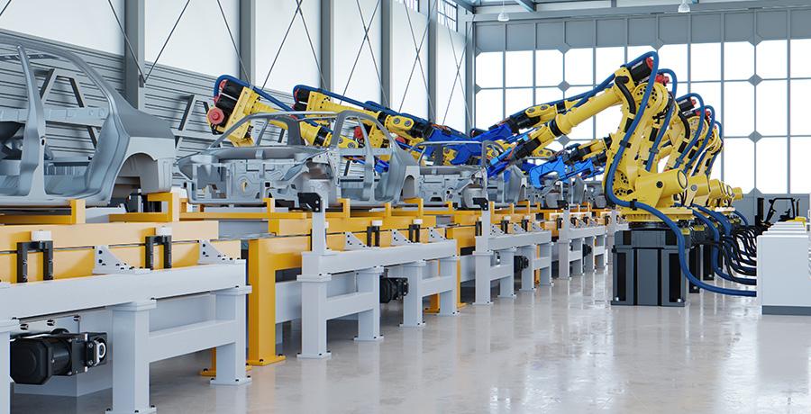 ensamblando piezas en fábrica de automoción